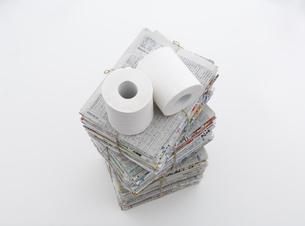 束ねた古新聞とトイレットペーパーの写真素材 [FYI03166784]
