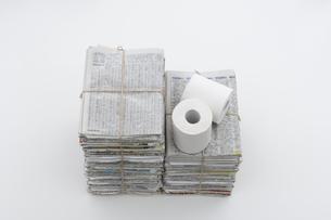 束ねた古新聞とトイレットペーパーの写真素材 [FYI03166792]