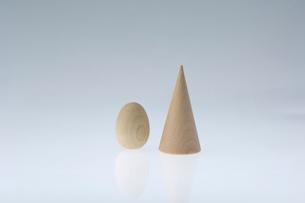 木の卵と並んだ木の円錐の写真素材 [FYI03166831]