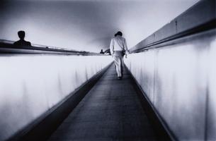 動く歩道を歩く人物の後姿 B/Wの写真素材 [FYI03166862]