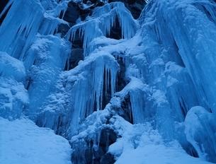滝の氷柱と雪(青) 奥入瀬 青森県の写真素材 [FYI03166898]