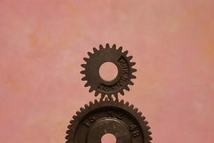 2個のかみ合う鉄の歯車の写真素材 [FYI03167104]