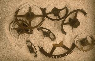 砂に埋もれた歯車の写真素材 [FYI03167109]