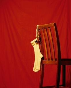 イスに吊らされた1足の靴下の写真素材 [FYI03167111]