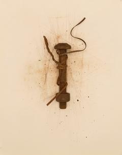 さびたボルトとナットにからみつく針金の写真素材 [FYI03167133]