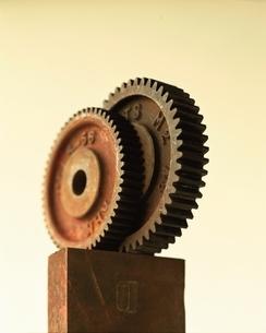 2枚のさびた歯車と四角形の金属の写真素材 [FYI03167136]