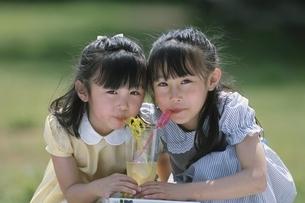ジュースを飲む2人の日本人少女の写真素材 [FYI03167202]