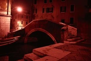 街灯に照らされたベニスの橋 イタリアの写真素材 [FYI03167205]