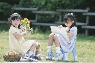 少女をスケッチブックに写生する日本人少女の写真素材 [FYI03167207]