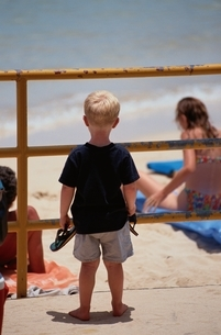 ビーチを見つめる外国人の男の子 ハワイ アメリカの写真素材 [FYI03167212]