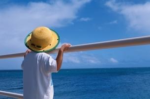 海を見つめる帽子をかぶった子供 夏の写真素材 [FYI03167220]