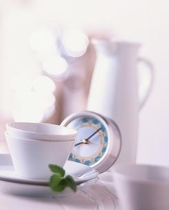 朝食イメージ 2個の白いコーヒーカップと目覚し時計の写真素材 [FYI03167232]