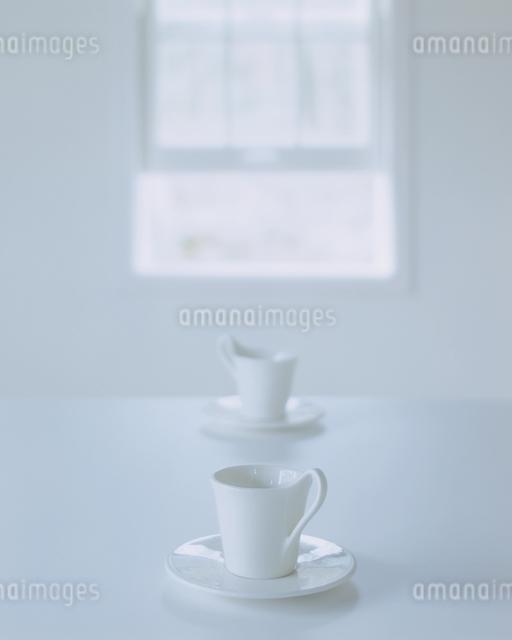 白い2組のコーヒーカップとソーサーの写真素材 [FYI03167249]