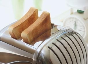 トースターに焼けた食パンの写真素材 [FYI03167983]