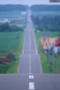 延々と伸びる直線道路 北海道の写真素材 [FYI03168086]