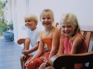 ベンチに座る外国人女の子と男の子の写真素材 [FYI03168247]