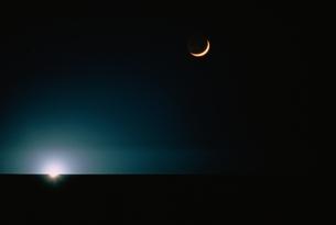 漁火と新月と水平線の写真素材 [FYI03168475]