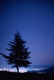 星空と夜景と1本の木 妙高村 新潟県の写真素材 [FYI03168506]
