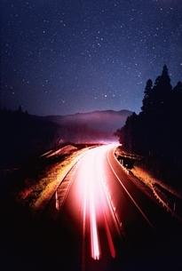 星空とハイウエイ 津川町 新潟県の写真素材 [FYI03168508]