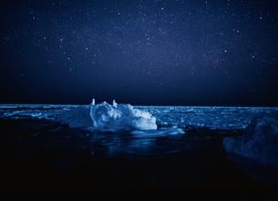 流氷と星空   雄武町 北海道の写真素材 [FYI03168512]