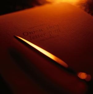 手紙とペーパーナイフ(オレンジ色)の写真素材 [FYI03168527]