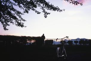 夕暮れを眺める男性の写真素材 [FYI03168581]