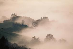 霧と山脈 芦別 北海道の写真素材 [FYI03168623]