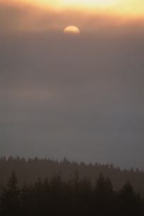 雲間からの朝の太陽  北海道の写真素材 [FYI03168684]