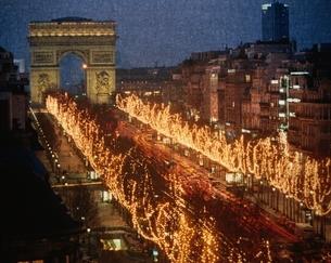 シャンゼリゼ通りのクリスマスイルミネーション パリ フランスの写真素材 [FYI03168699]