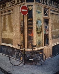 街角に止めてある自転車 パリ フランスの写真素材 [FYI03168702]