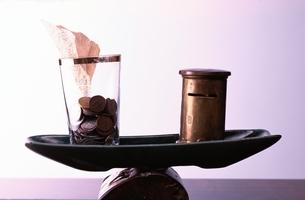 貯金箱とコップの写真素材 [FYI03168735]