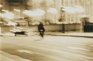 自転車に乗った外国人(セピア)の写真素材 [FYI03168767]