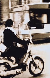 オートバイに乗る外国人女性(セピア) ローマ イタリアの写真素材 [FYI03168769]