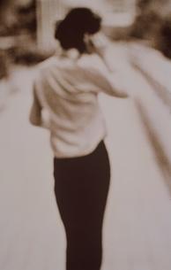 女性の後姿(セピア)の写真素材 [FYI03168771]