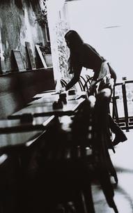 テーブルを拭く女性(B/W) パリ フランスの写真素材 [FYI03168773]