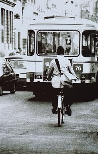 自転車に乗る男性とバス(B/W) パリ フランスの写真素材 [FYI03168776]