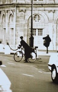 自転車に乗る女性(B/W) パリ フランスの写真素材 [FYI03168778]