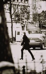 横切る外国人女性(B/W) パリ フランスの写真素材 [FYI03168779]