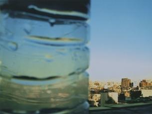 街並みと水滴のついたペットボトルの写真素材 [FYI03168785]