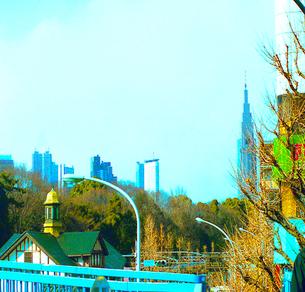 原宿駅と街路樹とビル 渋谷区 東京都の写真素材 [FYI03168802]
