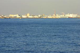 海と複数の工場と煙突と煙の写真素材 [FYI03168816]