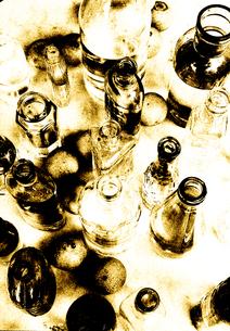 複数の空瓶と果物の写真素材 [FYI03168832]