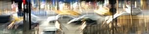 道路の自動車とネオンの写真素材 [FYI03168840]
