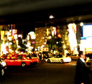 道路を走る自動車とネオンの写真素材 [FYI03168861]