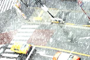 雪景色の道路の写真素材 [FYI03168867]