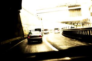 車道を走る車の写真素材 [FYI03168959]