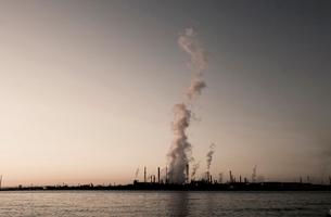 工場から立ち上る煙の写真素材 [FYI03168991]