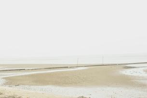 潮が引いた浜辺の写真素材 [FYI03169010]