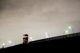 街灯とビルの光の写真素材 [FYI03169105]