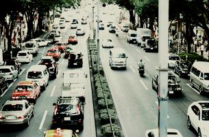 渋滞する道路と走る車の写真素材 [FYI03169114]